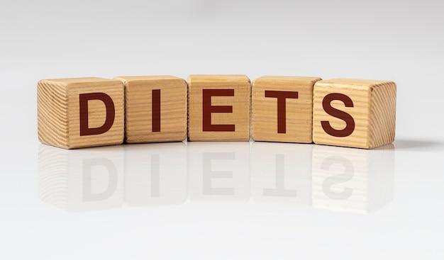 Слово диеты на кубиках, концепции диеты и руках врача.