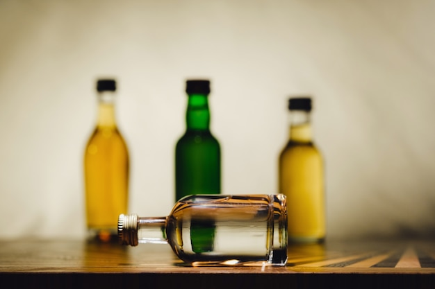 다른 알코올 병이 테이블 위에 있습니다.
