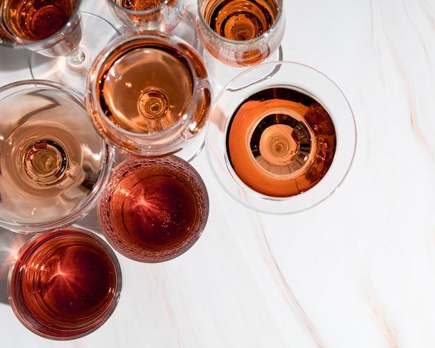 グラスの中のさまざまなアルコール飲料