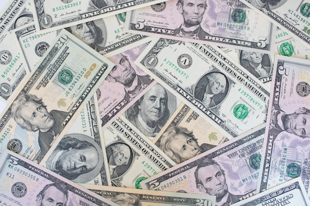 均等な層に配置されたさまざまな米ドル紙幣
