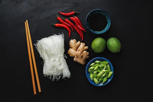 Различные азиатские пищевые ингредиенты на темной поверхности