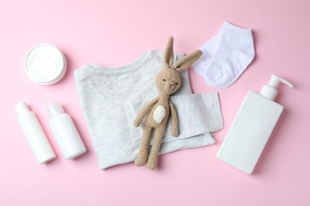 Различные аксессуары для детской гигиены на розовом фоне