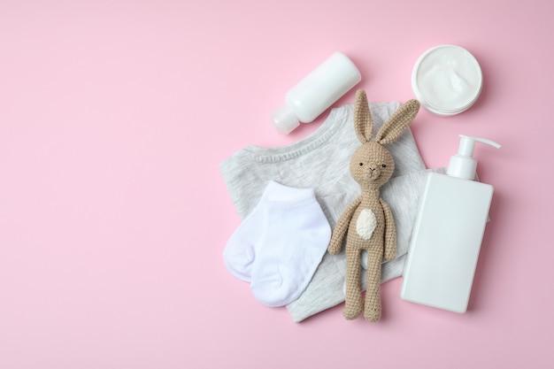 Различные аксессуары для детской гигиены на розовом