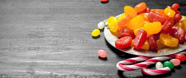 Различные детские сладости в мисках.