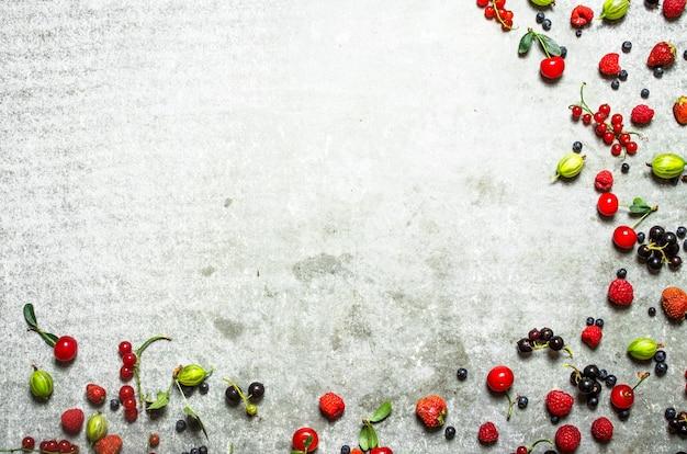 오래 된 돌 테이블에 다른 열매.