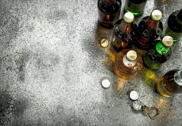 Разные бутылки пива. на деревенском фоне.