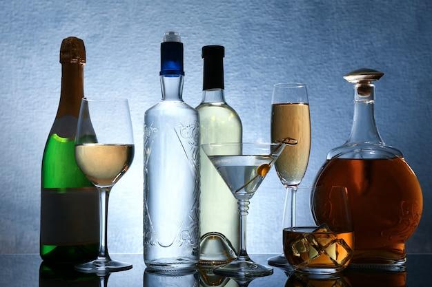 색상 배경에 와인과 증류주의 다른 병