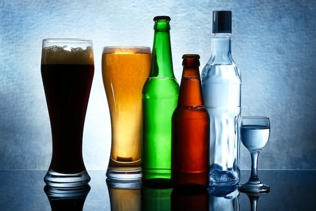 Различные бутылки вина и спиртных напитков на цветном фоне
