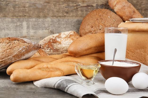 Различные хлебцы и ингредиенты на столе