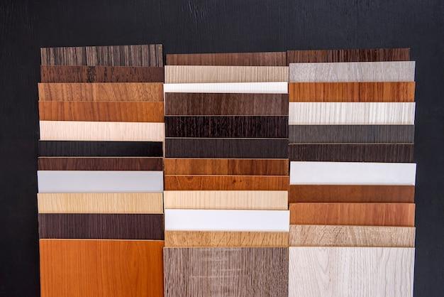 さまざまな茶色のテクスチャの木製サンプラーがクローズアップ