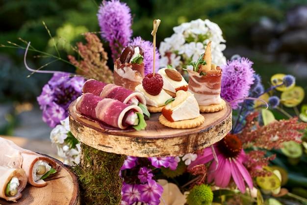 Разные канапе с копченым лососем, огурцом, помидорами, сыром, мясом. завтрак шведский стол с различными закусками. шведский стол подается с закусками, фруктами, канапе, сладостями и закусками.