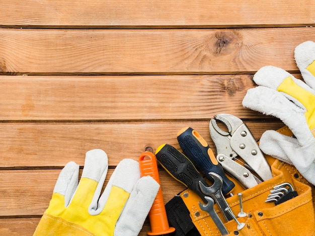 Diversi strumenti di carpenteria sulla tavola di legno