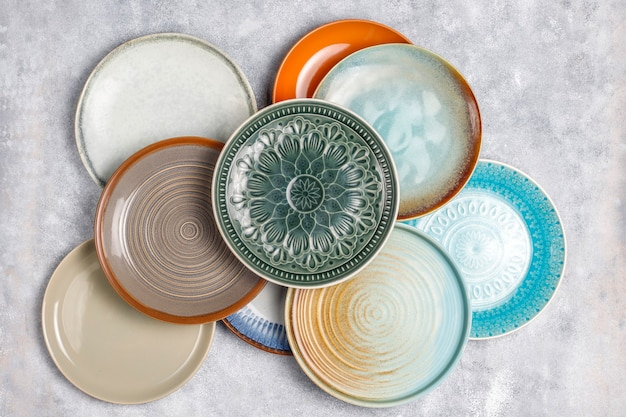 Различные керамические пустые тарелки и миски.