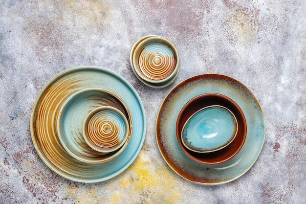 Diversi piatti e ciotole vuoti in ceramica.
