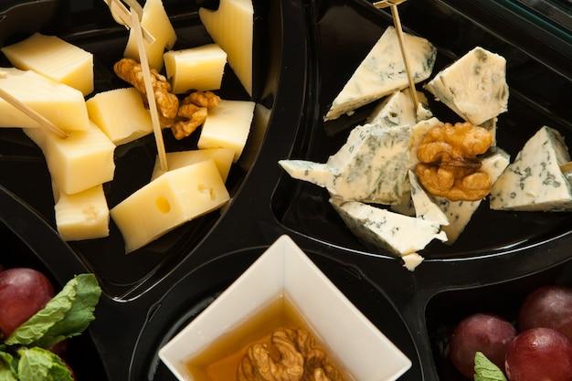 Различный сыр с медом и грецким орехом для вечеринки