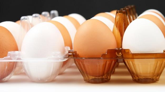 Различные куриные яйца в коробке. сырая пища. ингредиенты для приготовления