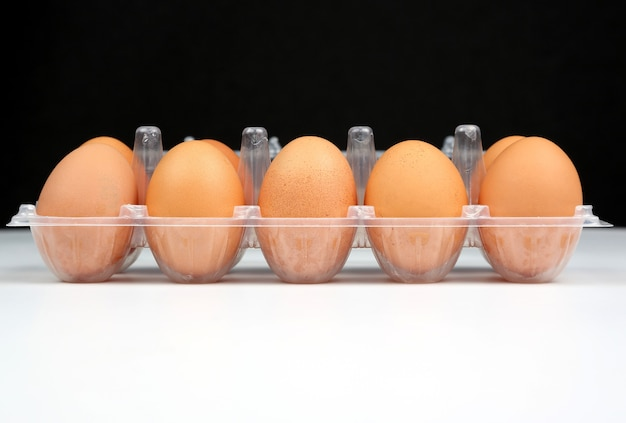 箱の中の異なる鶏卵