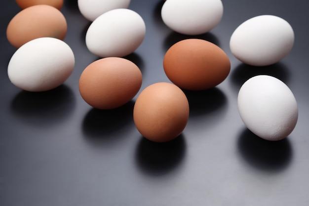 さまざまな鶏の卵が孤立して横たわっている