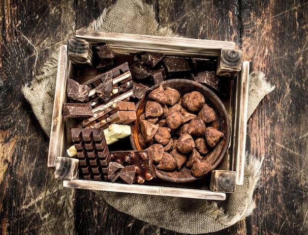 Различный шоколад и сладости в старой коробке