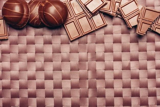 テーブルの上の異なるチョコレートバー