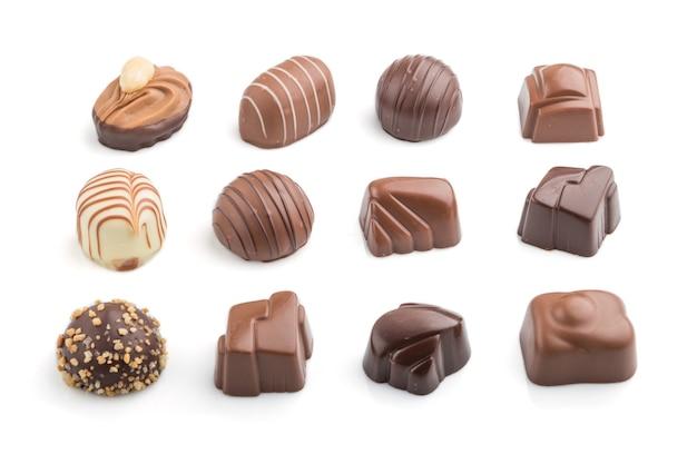 Различные шоколадные конфеты, изолированные на белой поверхности