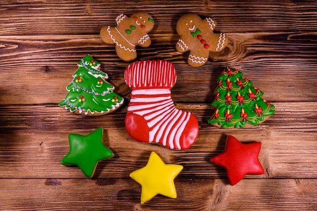 素朴な木製のテーブルにさまざまなクリスマスジンジャーブレッドクッキー。上面図