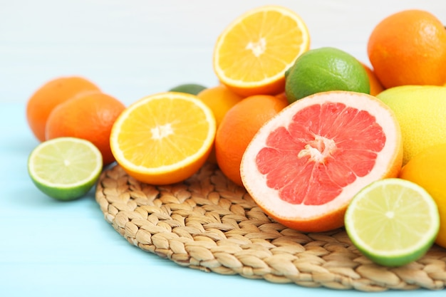 テキストを挿入するための色付きの背景の場所にさまざまな柑橘類とジューシーなスライス