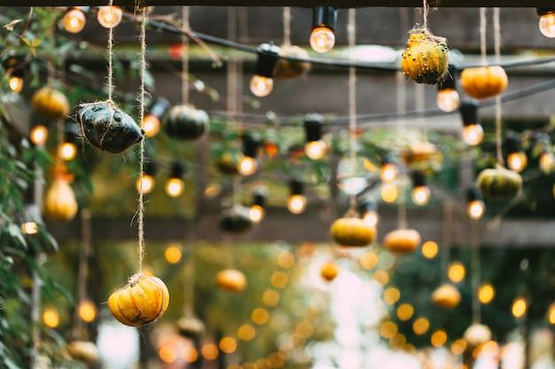 屋外市場でのさまざまな色とサイズのカボチャの装飾、秋の食べ物