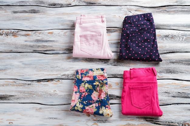 異なる色のカジュアルパンツ。ダークネイビーとブルーのパンツ。最高の品質が保証されています。バイヤーを魅了する色。