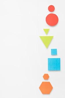 異なる色の幾何学的形状