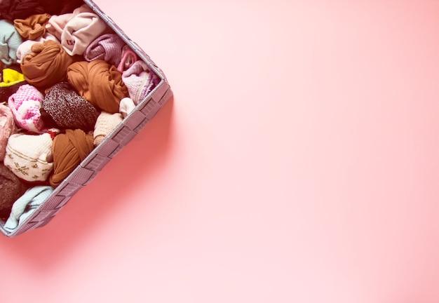 직물 상자에있는 다른 colorfl 양말. 따뜻한 옷 수직 저장.