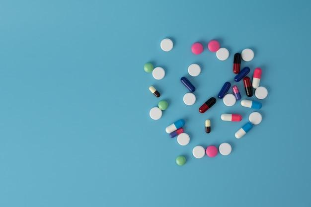 テーブルの上のさまざまなカラフルな薬の丸薬