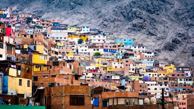 リマペルーのさまざまなカラフルなスラム街の建物