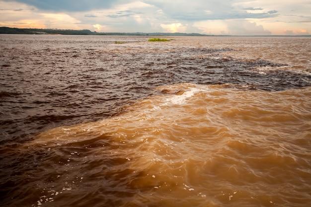 Встреча воды разных цветов - черная и солимская река - манаус - амазонка