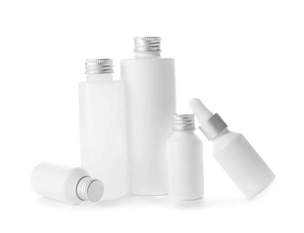 白のボトルに入ったさまざまな化粧品
