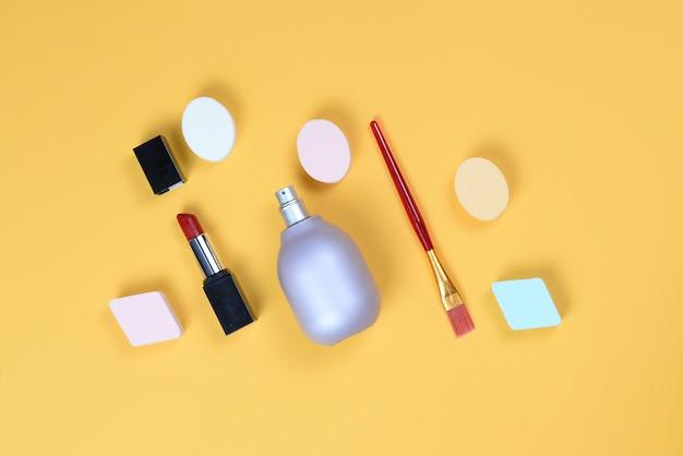 Различные косметические средства, изолированные на желтом