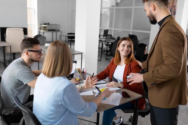 Разные коллеги проводят рабочую встречу