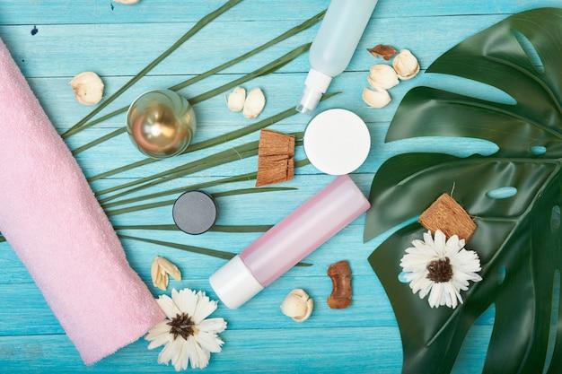 別のクリームと瓶とヤシの葉、テーブルのレイアウト