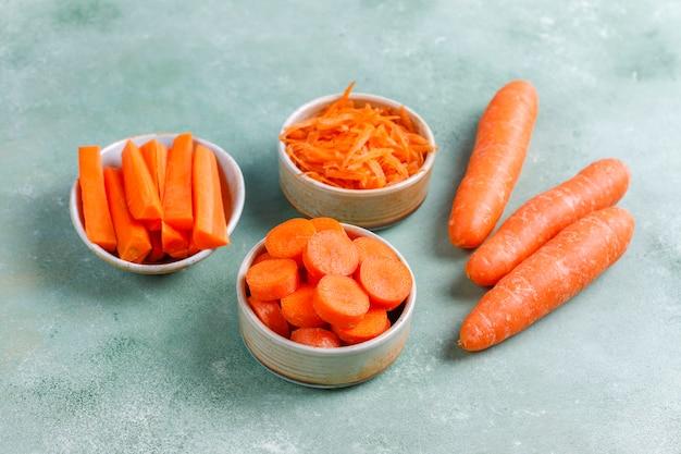 Diversi tagli di carota in ciotole.