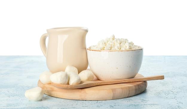 Различные молочные продукты на столе против белого