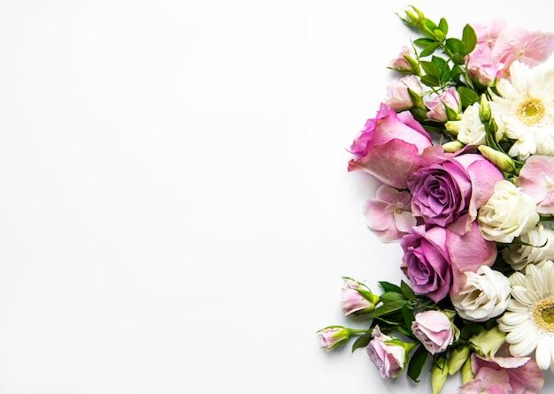 白で隔離される別の繊細な花