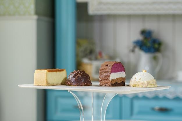 Разные вкусные и красивые торты на столе в уютной кофейне