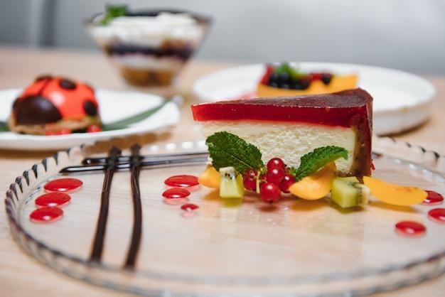 Различные десерты на столе в кафе