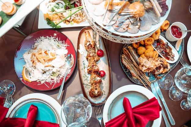 축제의 레스토랑에서 테이블에 다른 요리. 위에서보기