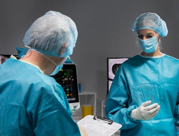 Diversi medici che eseguono una procedura chirurgica su un paziente