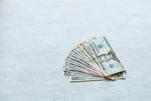 Различных долларовых купюр на белом фоне, как веер финансы