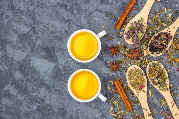 木製スプーンラインとティーカップの異なる乾燥茶