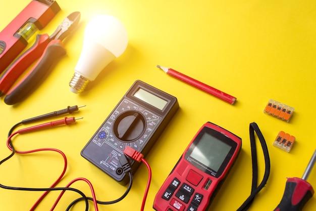 Различные электрические инструменты на желтом фоне с блеском.