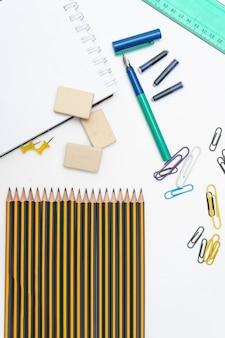 연필 지우개 및 잉크 펜과 같은 다양한 요소 또는 필수 학용품