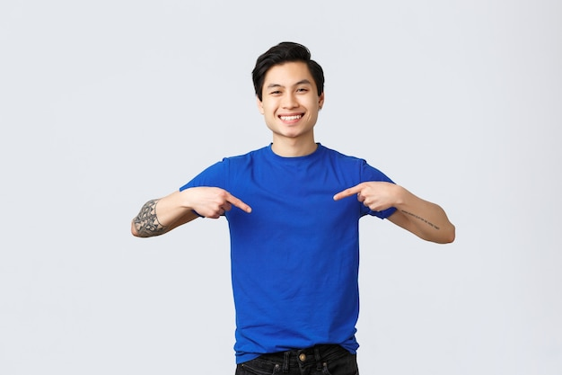 다른 감정, 사람들의 생활 방식 및 광고 개념. 잘 생긴 젊은 남학생, 일자리를 찾고 있는 아시아 남자, 자신을 가리키며 웃고 있는 그가 좋은 사람임을 보장합니다.